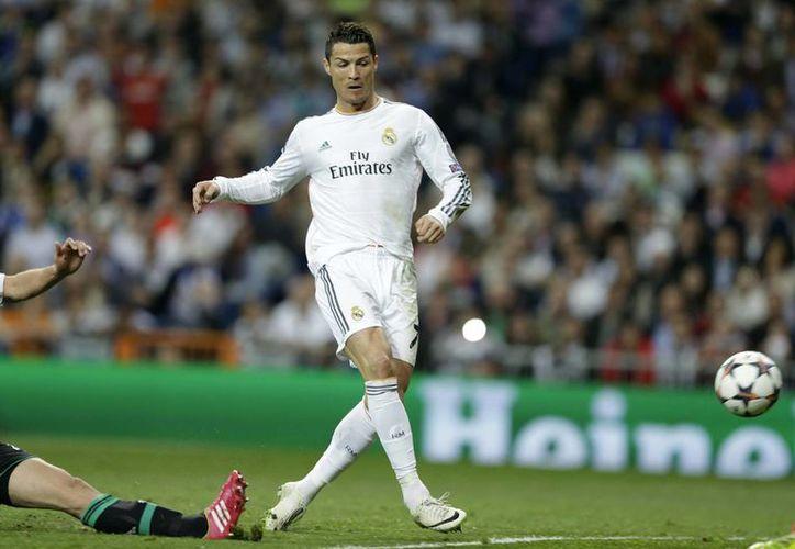 Cristiano Ronaldo del Real Madrid marcó dos goles ante Schalke en el partido de octavos de final de la Liga de Campeones. (Agencias)