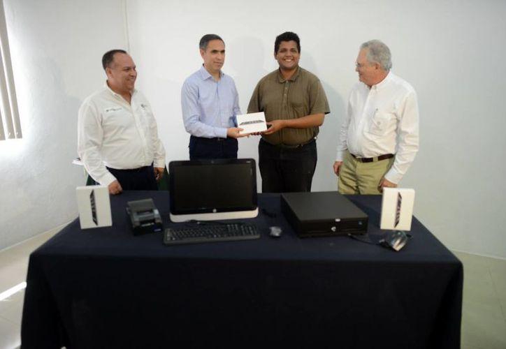 Entregaron equipo de cómputo y software a 9 pequeños negocios de emprendedores yucatecos. (Milenio Novedades)
