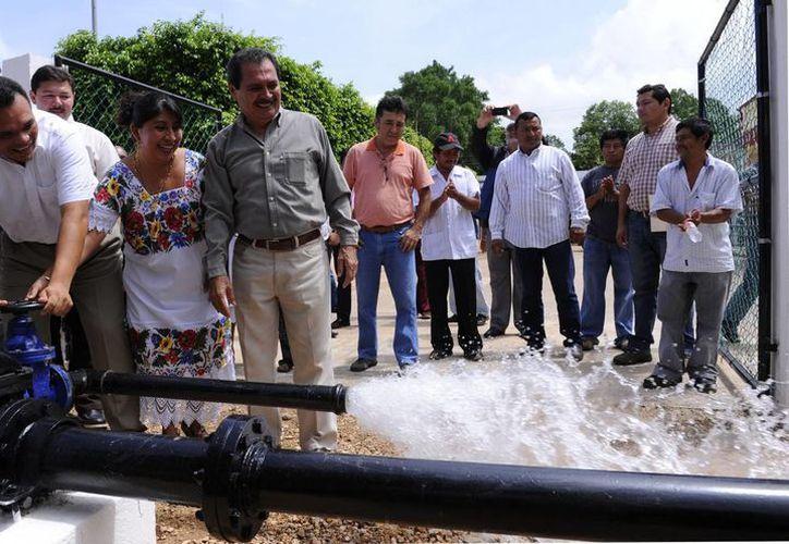 En Chacsinkín, el Gobernador constató la instalación de tubería nueva para distribución de agua potable. (SIPSE)