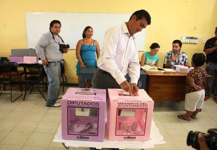 El candidato priísta a la presidencia municipal José Alfredo Contreras Méndez aplaudió que los comicios ordinarios sean un ejemplo democrático.(Carlos Horta/SIPSE)
