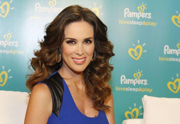 Jacqueline Bracamontes sonrió y posó para las cámaras durante un acto de promoción de productos Pampers. (Agencias)