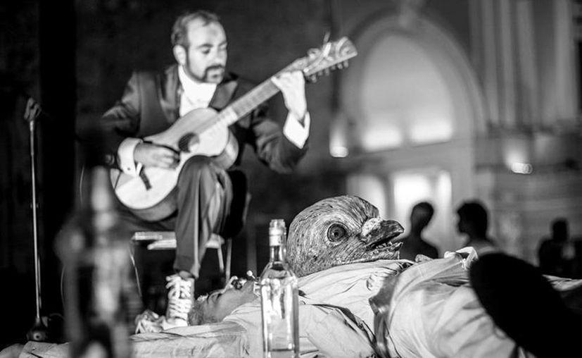"""Imagen en blanco y negro de Carlos Abraham Romero, primer lugar, el certamen de fotografía """"Así vivo La Noche Blanca"""". (SIPSE)"""