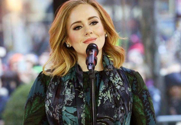 Tras cuatro años sin un álbum nuevo, Adele regresó a la escena musical con 25, disco que ha batido récords de venta y se encuentra entre los trabajos más interesantes del 2015. (Archivo AP)