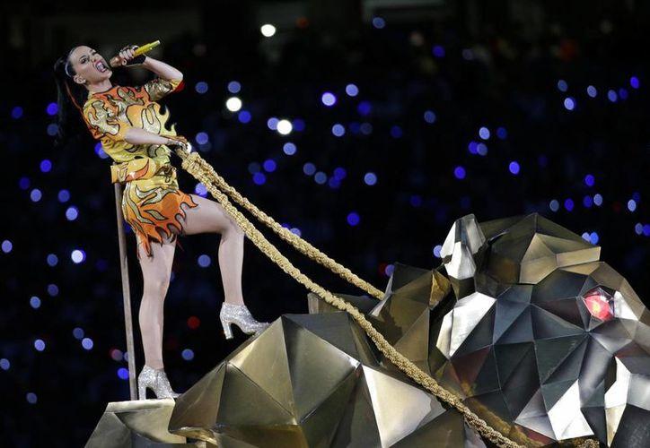 Katy Perry irrumpió en el escenario montada en un león gigante de metal. (AP)