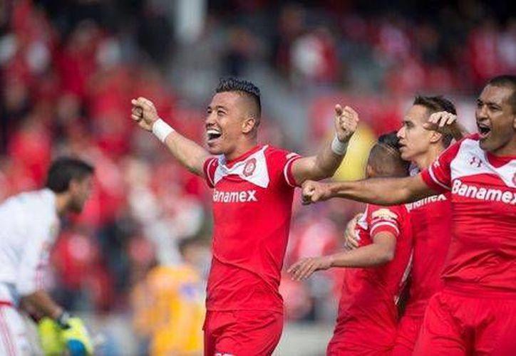 El colombiano Fernando Uribe celebra su gol de último minuto en el encuentro Toluca-Tigres. (Milenio)