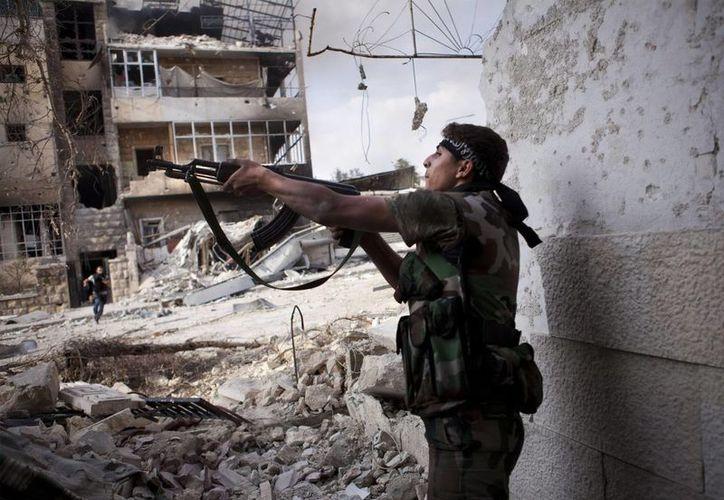 Un rebelde sirio dispara en el distrito de Saif al Dawle, en Alepo, Siria. (Archivo/EFE)