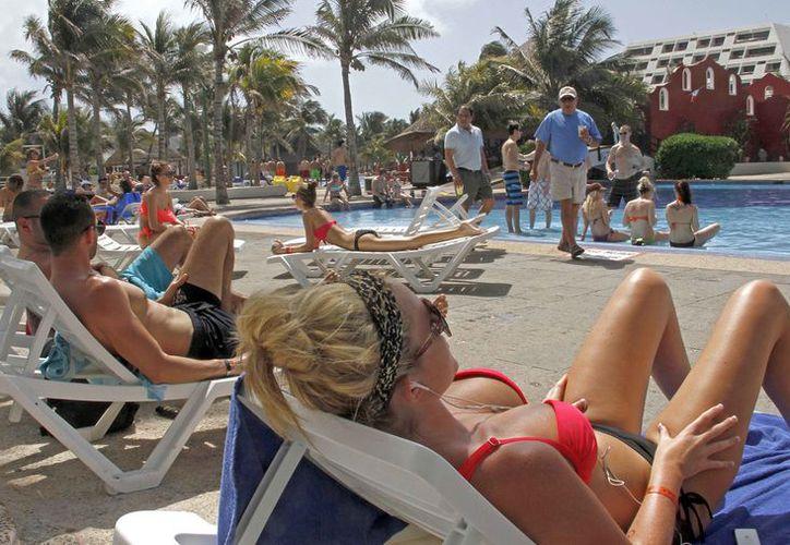 El hotel cuenta con terrazas frente al mar, ubicadas en el área de la piscina. (Israel Leal/SIPSE)