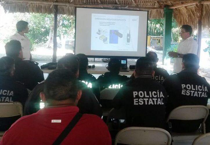 Elementos de la Policía Estatal Preventiva reciben capacitación sobre el uso del radio Matra. (Redacción/SIPSE)