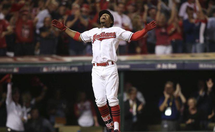 El boricua Francisco Lindor, de los Indios de Cleveland, celebra luego de conectar un jonrón ante los Medias Rojas de Boston, en el primer juego de la serie divisional de la Liga Americana, disputado el jueves 6 de octubre de 2016 (AP Foto/Aaron Josefczyk)