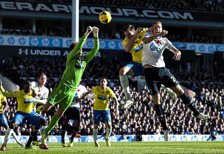 Newcastle United se quedó con la victoria de 1-0 gracias a la valiosa anotación del francés Loic Remy, quien perforó las redes del Tottenham al minuto 13. (Agencias)