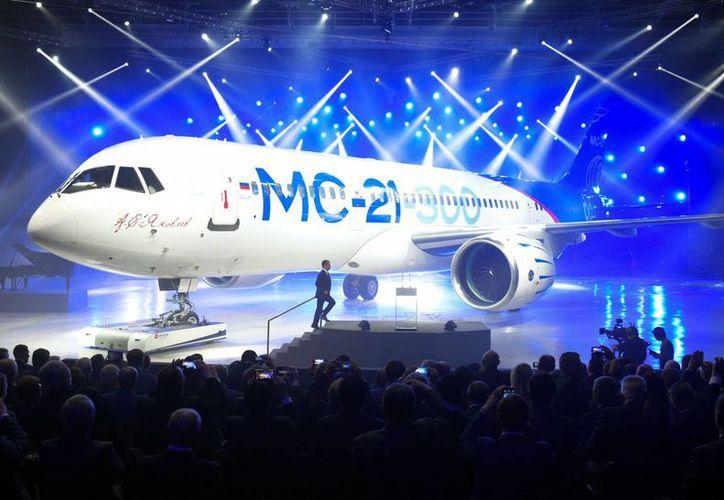 El primer ministro ruso Dmitry Medvedev se dispone a hablar en presentación del Jet MC-21-300, en Irkutsk, Rusia, el miércoles 8 de junio de 2016. (Alexander Astafyev/Sputnik, Government Press Service Pool Photo vía AP)