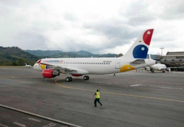 El fundador de la aerolínea Viva Colombia propuso hacer vuelos en los cuales los pasajeros viajen de pie. (El Espectador)