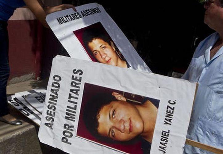 Ebed Yanes, de 15 años, fue asesinado la noche del 26 de mayo después de saltarse un control militar en Tegucigalpa. (Agencias)