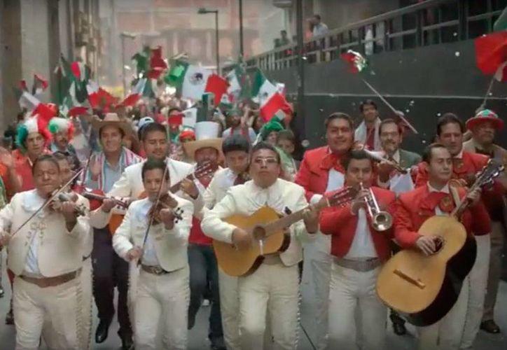 """En el video de la cumbia del toque militar """"Bandera"""" participan varias personas y músicos. (Captura de pantalla)"""