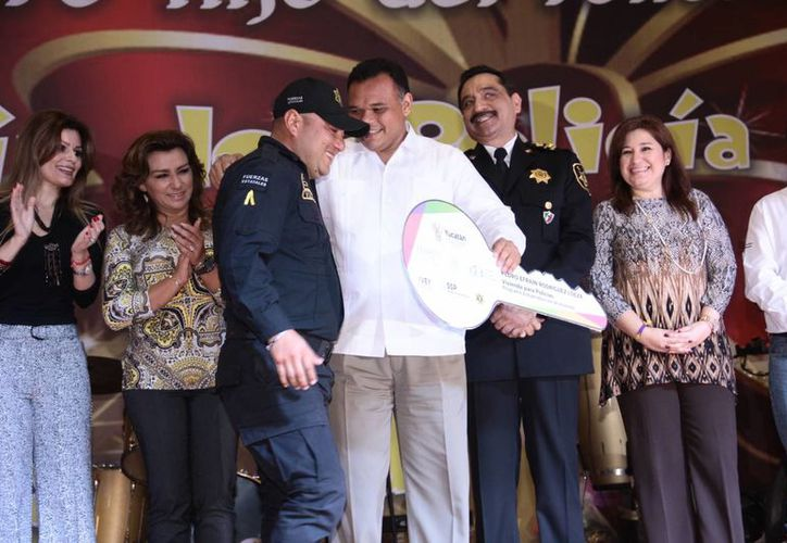 El gobernador Rolando Zapata entregó reconocimientos y diversos estímulos económicos a agentes de la SSP en el marco del Día del Policía. (Jorge Acosta/SIPSE)