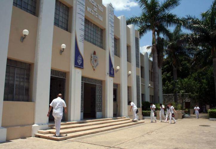 La Facultad de Medicina también recibió la certificación del 100 por ciento de espacios libres de humo de tabaco. (Archivo/SIPSE)