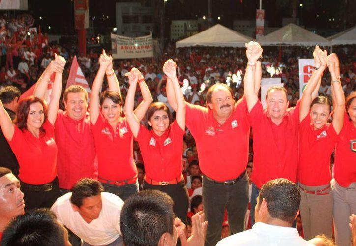 El abanderado priísta a la presidencia de Othón P. Blanco, Eduardo Espinosa Abuxapqui, agradeció el respaldo de la gente. (Redacción/SIPSE)