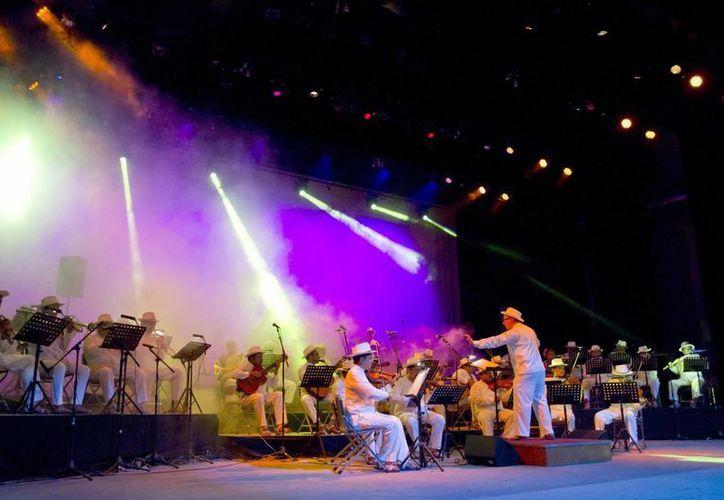 La Orquesta Típica Yukalpetén (OTY) fue la encargada de inaugurar anoche el Festival Primavera Cultural 2015, considerado uno de los encuentros musicales más antiguos e importantes en Mérida. (Notimex)