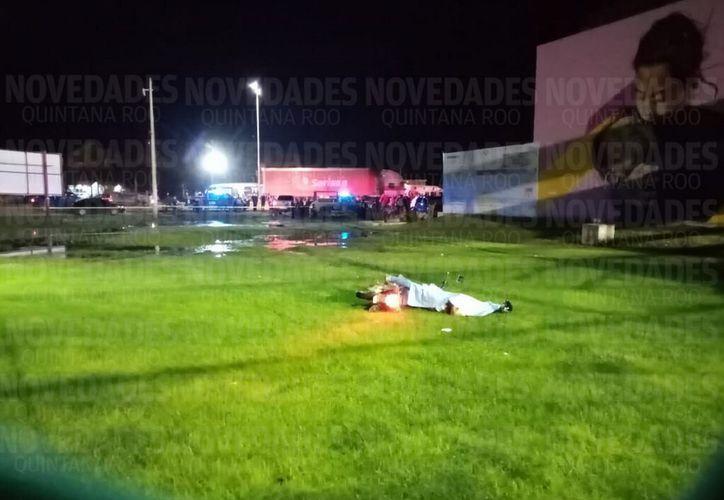 El cuerpo del ejecutado quedó tirado en un área verde. (Redacción/SIPSE)