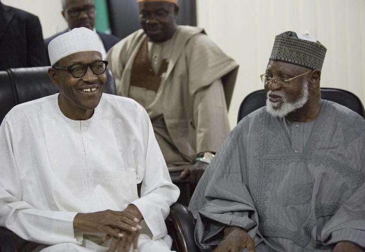 Muhammadu Buhari (i), presidente electo de Nigeria, junto al exmandatario nacional Abdulsalami Abubakar. (Foto: AP)