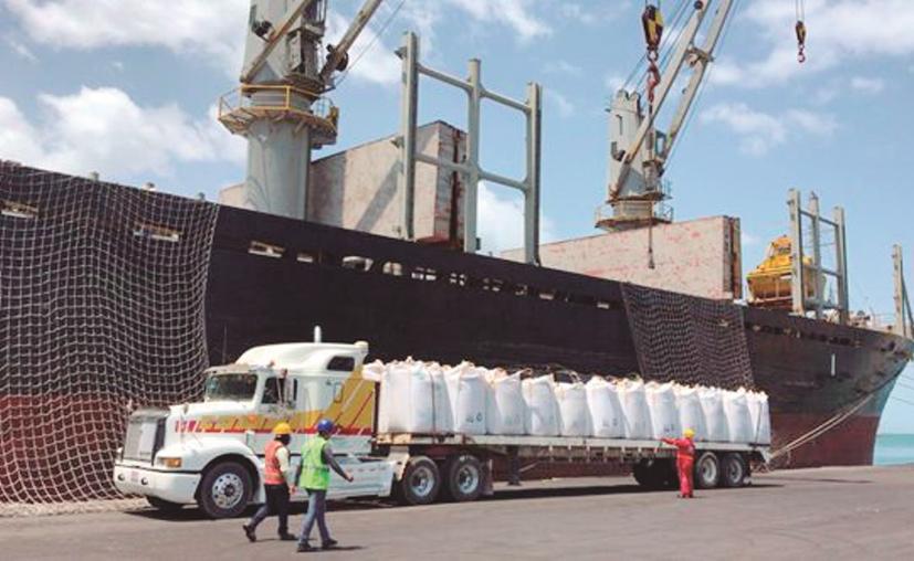 Todos los días, en el muelle fiscal se mueven grandes volúmenes de mercancías. (Novedades Yucatán)