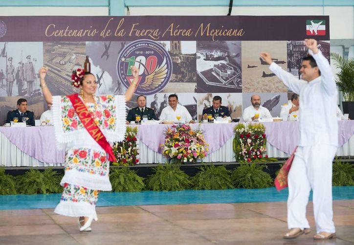 La celebración del centenario de la Fuerza Aérea Mexicana en Yucatán incluyó jarana. (SIPSE)