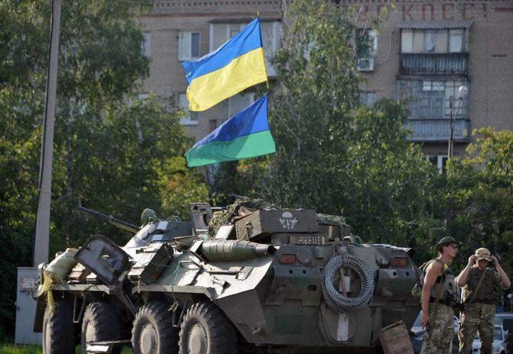 Imagen de un vehículo APC del ejército ucraniano en el centro de Slaviansk, región de Donetsk. (EFE)