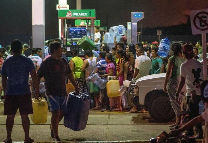 Las autoridades pide que cualquier incidente o bloqueo en las gasolineras sea reportado ante Sener o Pemex. (AP/Erick Herrera)
