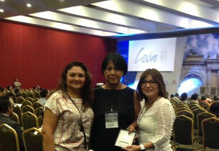 María Rojas Armadillo (centro) recibió la medalla en el XXIX Congreso Nacional de Medicina Familiar celebrado en León, Guanajuato. (Ángel Castilla / SIPSE)