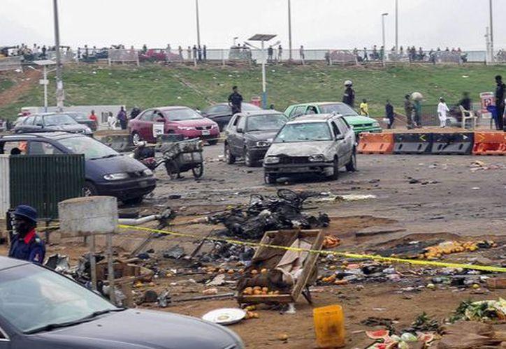Oficiales de la policía nigeriana observan el lugar donde un coche bomba hizo explosión en Nyana, Abuya, la capital de Nigeria. (Archivo/EFE)
