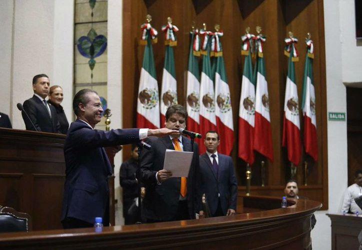 Quirino Ordaz al momento de tomar protesta como gobernador de Sinaloa. (twitter.com/jesusibarrara)