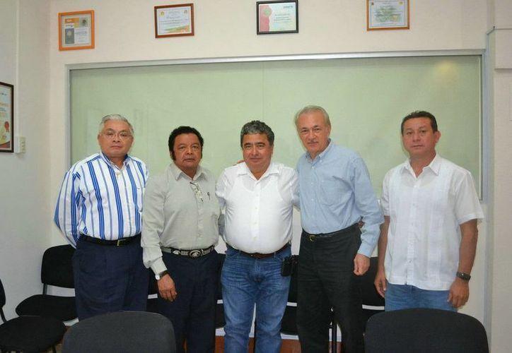 Gabriel Mendicuti Loría, dio posesión a Luis González Flores, les acompañaron directores y subsecretarios de la Sedari. (Redacción/SIPSE)