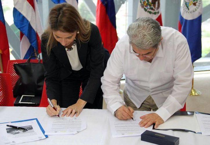 Imagen de Nuria Sanz y Jorge Esma, de la Unesco y el IHMY, en la firma del convenio sobre la sustentabilidad de la selva tropical en Yucatán y la cultura maya. (Milenio Novedades)