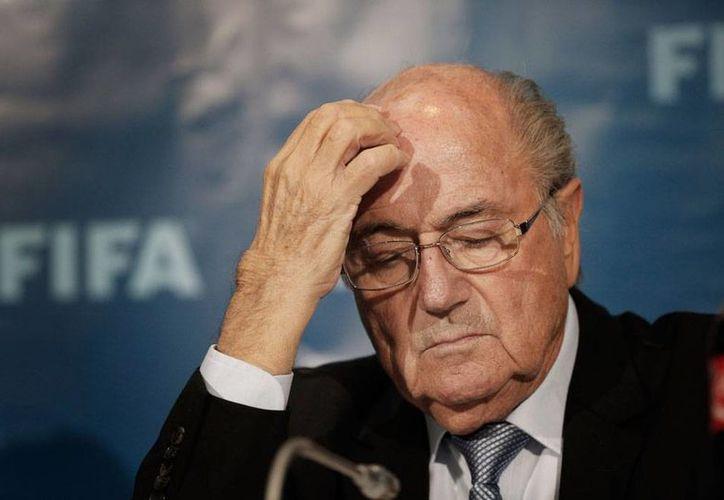 El presidente de FIFA, Josep Blatter, ya tiene problemas con la justicia de Suiza, debido a los problemas de corrupción que se destaparon en el seno del organismo. (AP)
