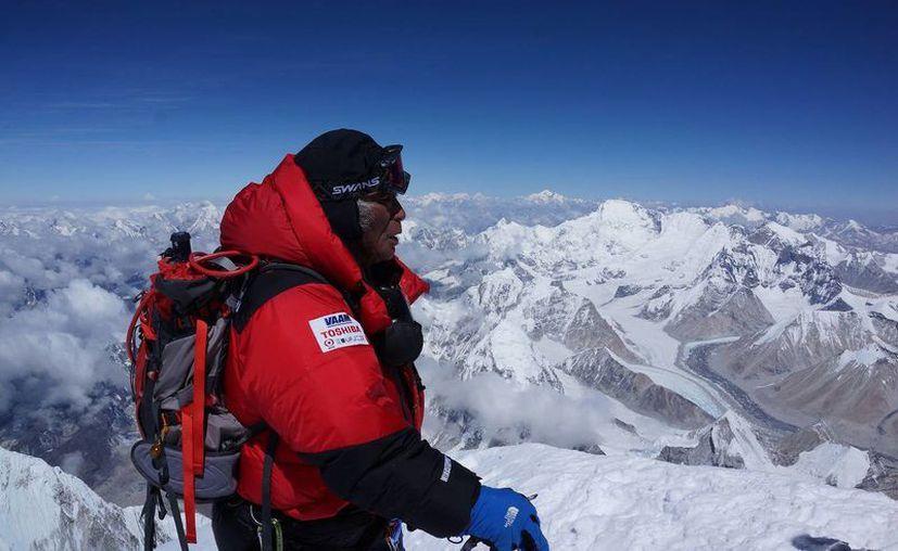 Rompe récord anciano de 80 años en alcanzar la cima del Monte Everest. (Agencias)