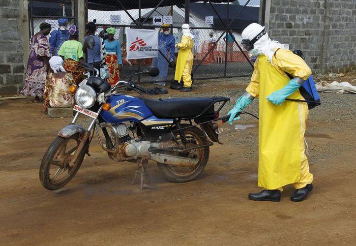 Un profesor de la Universidad de Illinois asegura que EU cuenta con un largo historial de estudios de armas biológicas en Liberia y Sierra Leona. (EFE)