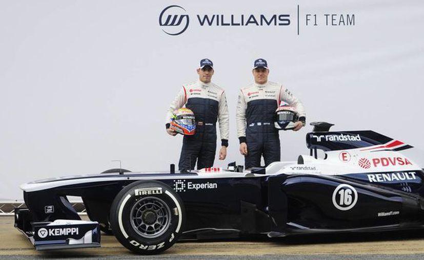 Los pilotos de formula 1 Pastor Maldonado y Valterri Bottas, posan junto al nuevo monoplaza de la escudería Williams. (Agencias)