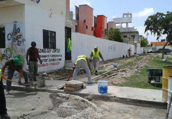 Las brigadas trabajan en el parque ubicado en la Región 200, en el fraccionamiento Haciendas del Caribe, uno de los 19 de Cancún. (Licety Díaz/SIPSE)