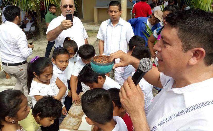 El director de la Casa de la Cultura dijo que la cerámica turquesa de Cobá ya identifica a la comunidad y al municipio. (Sara Cauich/SIPSE)