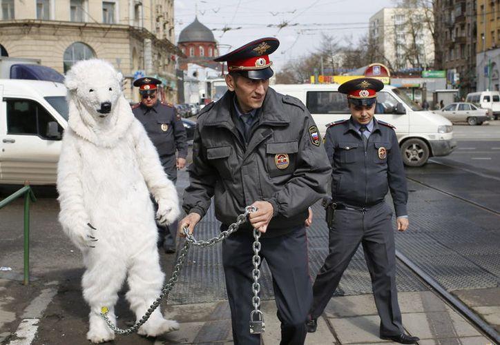 En Rusia siempre verás en la calle a muchos policías listos para poner orden. (Clarín)