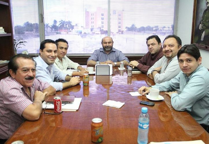 Diputados locales en reunión con el secretario de Administración y Finanzas del Gobierno del Estado, Roberto Rodríguez Asaf. (SIPSE)