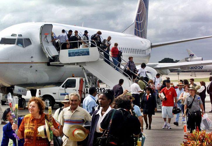 Estados Unidos y Cuba acordaron reanudar los vuelos comerciales de manera regular, lo que impulsará las relaciones económicas entre ambas naciones y permitirá la llegada de miles de visitantes estadounidenses cada año a la isla. (AP)