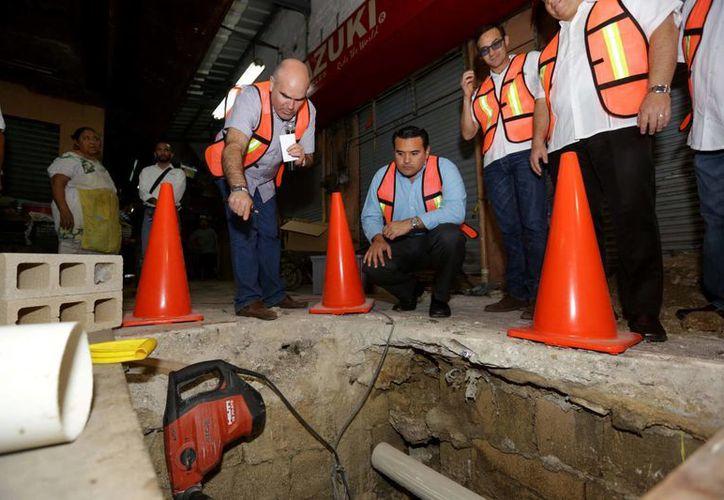 El alcalde Renán Barrera Concha y otros funcionarios del Ayuntamiento supervisaron los trabajos de remozamiento en el mercado Lucas de Gálvez. (SIPSE)