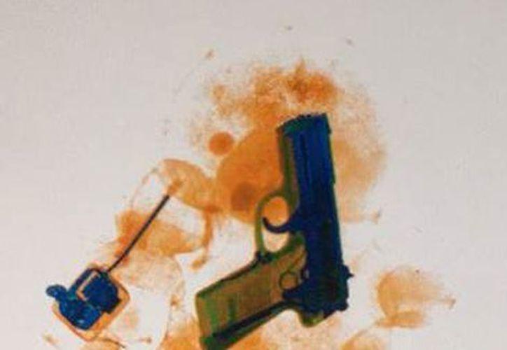 Una mujer guatemalteca fue detenida en el Aeropuerto Internacional de la Ciudad de México por tener en su equipaje un arma dentro de un osito de peluche. (Milenio.com)