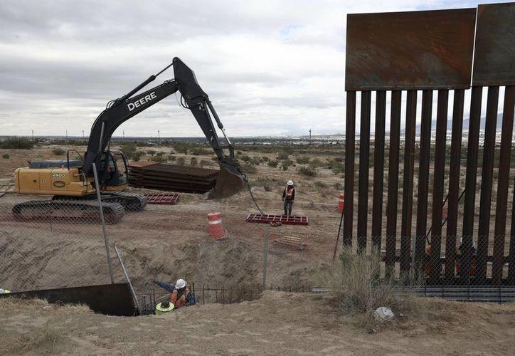 El gobierno de Donald Trump asegura que los planes de construcción del muro en la frontera con México van muy avanzados. (AP/Christian Torres)