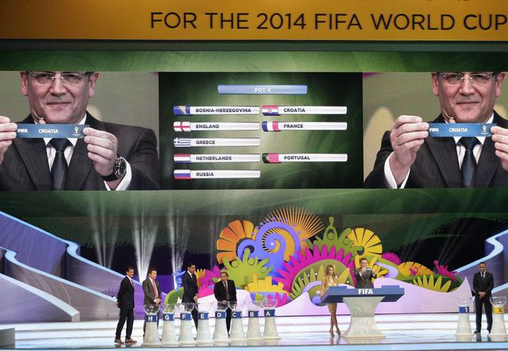 Jerome Valcke, secretario de la FIFA, muestra el ticket con el nombre de Croacia durante el sorteo de grupos realizado en Brasil. (Agencias)