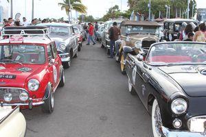 Autos clásicos desfilan en el Rally Maya 2016