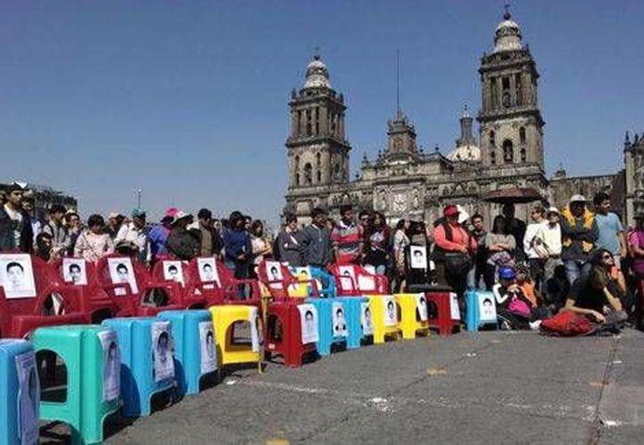 Profesores e investigadores de la UNAM, UAM y el Colegio de México realizaron un acto simbólico en desagravio del Zócalo capitalino. (Milenio)