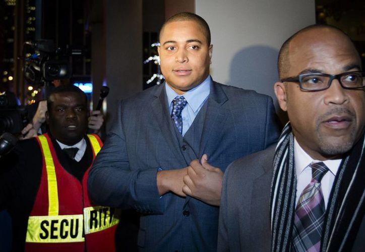 Jonathan Martin (c) llegó a las oficinas del abogado Ted Wells, en Manhattan, con quien se encerraron en una reunión por más de cinco horas. (Agencias)
