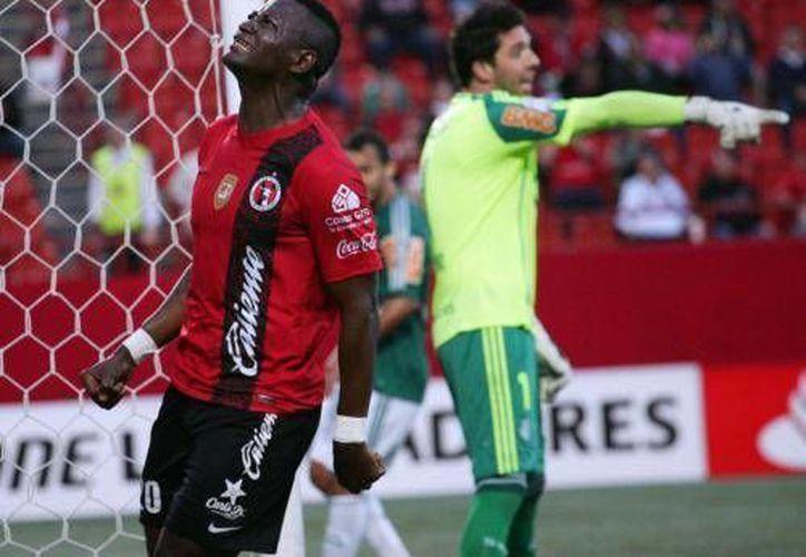 El delantero colombiano de Tijuana, Duvier Riascos se lamenta una oportunidad. (EFE)